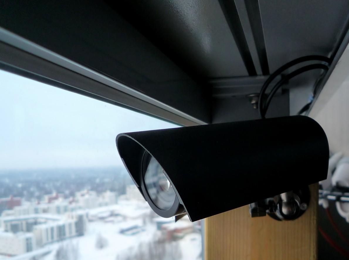 камера за стеклом